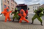 Populární taneční výzva Coronavirus Dance Challenge se ve čtvrtek rozšířila do Teplic. Zapojili se do ní profesionální hasiči ze stanice v Teplicích.