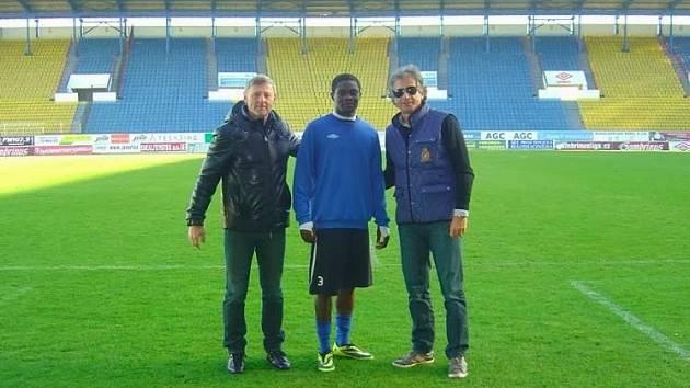 Chukwudi Chukwuma (uprostřed) s trenérem Ščasným (vlevo).