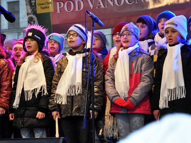 POUPATA nechyběla ani v neděli na Vánočních trzích na Zámeckém náměstí v Teplicích.