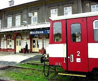 Vlakové nádraží Moldava a přijíždějící vláček Moldaváček.