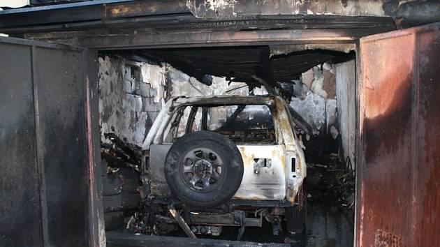 Co zbylo po požáru garáže a auta...