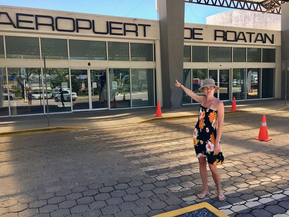 Zlata Biedermannová u letiště na ostrově Roatán v Karibiku, které je zavřené. Nejezdí ani lodě.
