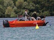 Utonulé potápěče se ve středu v poledne podařilo najít a vytáhnout na břeh.