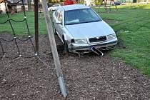 Ujížděl policii, havaroval na dětském hřišti.