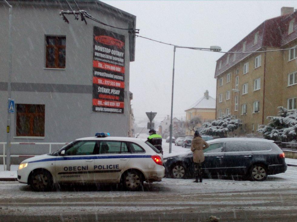 Ranní nehoda v Proboštově. Řidička narazila na zábradlí v ulici kapitána Jaroše