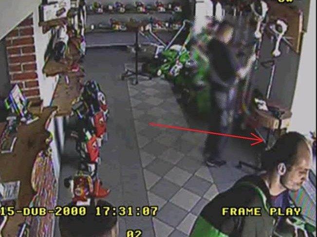Pomozte dopadnout zloděje (označen šipkou)
