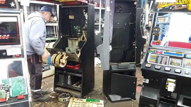 Celníci nechali zničit výherní automaty