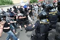 Pochodů DSSS bylo už v Duchcově několik. Tento je z června 2013.