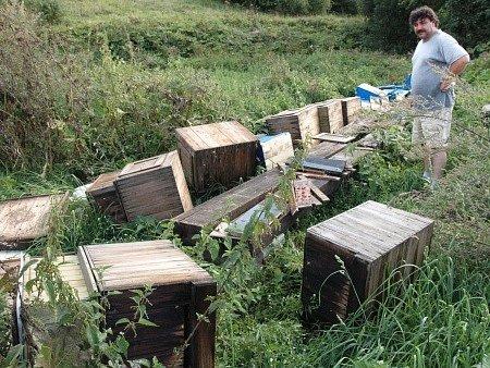 Zničené včelí úly