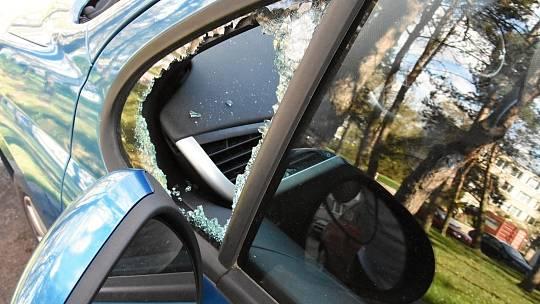 Ilustrační foto - rozbité okno u auta