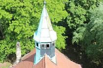 Věž evangelického kostela Vzkříšení v Hrobu.