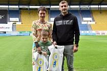 NADAČNÍ FOND POMOHL. Malý Štěpánek se svou maminkou a Admirem Ljevakovićem