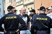 Podpořit českobudějovické protesty se rozhodli také lidé v Duchcově na Teplicku, kde se v sobotu odpoledne sešlo asi 50 lidí. Akce na náměstí nebyla ohlášená, policie zaznamenala dva přestupky.