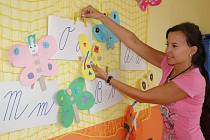 Michaela Vovčičková připravuje výzdobu ve své třídě na Základní škole Verdunská v Teplicích.