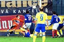 Kapitán Teplic Verbíř (9) zpovzdálí sleduje kuriózní gól Stožického z přímého kopu. Gólman Kladna Pavlík se natahoval marně.