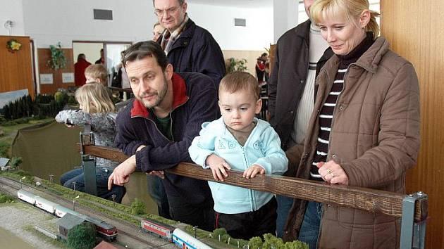 Jídelna Základní školy Edisonova v Teplicích se o víkendu změnila na ráj pro malé i velké milovníky mašinek.