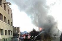 V Ledvicích shořela střecha opuštěného domu.