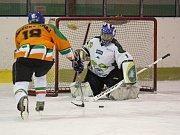 Na zimním stadionu v Bílině se fotbalisté Teplic rozloučili s rokem 2017 hokejovým zápasem se záchranáři. Fotbalisté prohráli 3:5