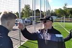 Eda Poustka měří teplotu hráčům před příchodem na trénink