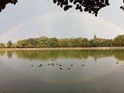 Po bouřce se nad Proboštovským rybníkem objevila duha.