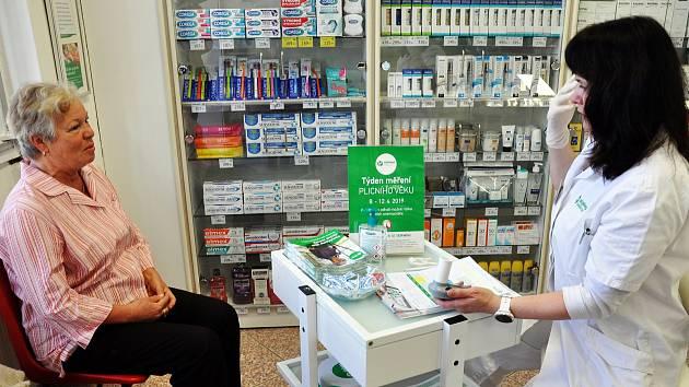 V lékárně v Hostomicích probíhá akce Týden měření plicního věku. Test odhalí možné plicní onemocnění.