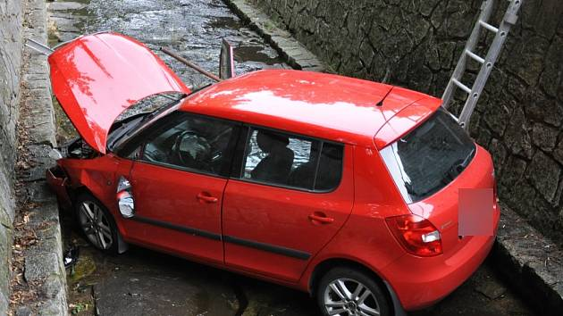 Dvě auta skončila v potoce u papírny v Novosedlicích