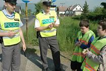 Děti dávaly při policejní akci řidičům, smajlíky. Veselé obrázky ukázněným a zamračené neukázněným.