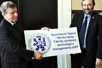 Smlouvu o vzájemné podpoře a spolupráci, kterou se gymnázium stalo fakultní školou, podepsali děkan Fakulty výrobních technologií a managementu UJEP František Holešovský (vlevo) a ředitel Gymnázia Teplice Zdeněk Bergman.