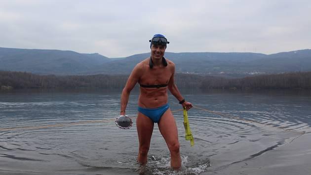 David Vencl trénuje v mrazivé vodě