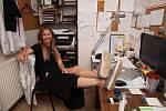 Jana Burdová při natáčení vzdělávacího videa ve svém prázdném studiu.