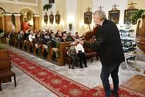 Modlanským kostelem zněly housle mága Svěceného.