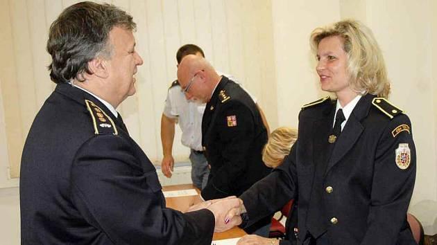 Nové okresní starostce blahopřeje Pavel Doubrava, krajský starosta sdružení hasičů.