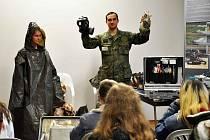Vojáci ukázali středoškolákům v Teplicích techniku.