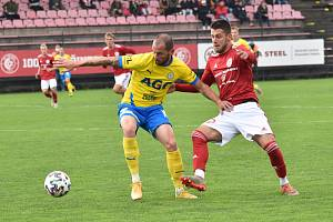Tepličtí fotbalisté (ve žlutém) potvrdili roli favorita a v Třinci v poháru vyhráli 1:0. Foto: FK Teplice/ Martin Kovařík
