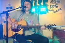 PETR KADLČEK je zakládajícím členem legendární teplické kapely Emise. Každoročně ji připomíná minifestivalem v nedaleké Krupce.