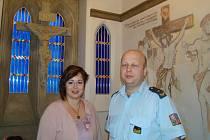 Vrchní komisař Michal Kruťa (vpravo) s farářkou Danielou Zdislavou Klimešovou v kapli teplické vazební věznice.