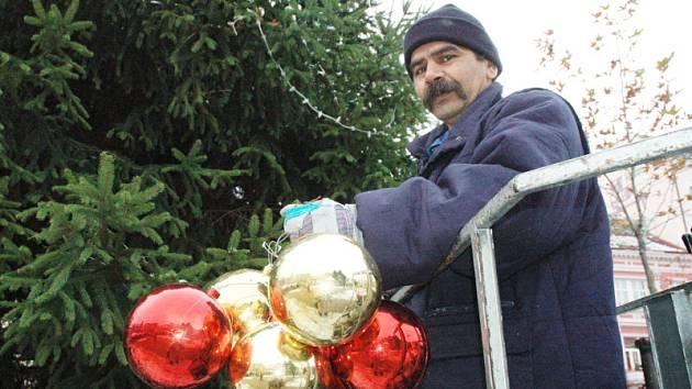Zdobení vánočního stromu v Teplicích