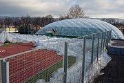 Nafukovací tréninková hala tenistů na Letné v Teplicích nevydržela.