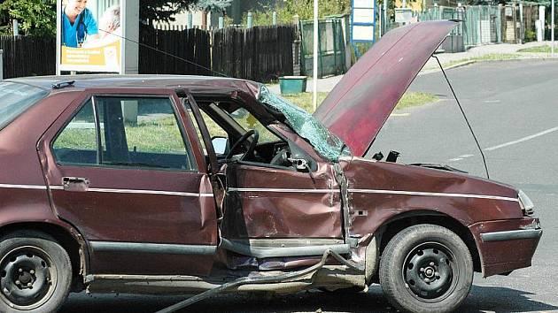 Nehoda osobního auta a autobusu - Kamenný pahorek
