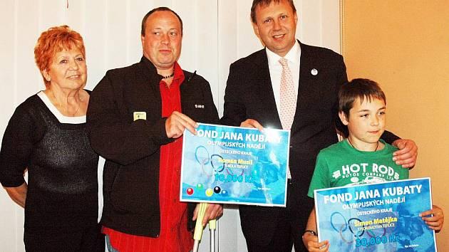 Ústecký primátor Mgr. Jan Kubata sáhl do fondu, který založil, a ocenil dva sportovce z Teplicka. Paralympionika Romana Musila a malého lyžaře Šimona Matějku