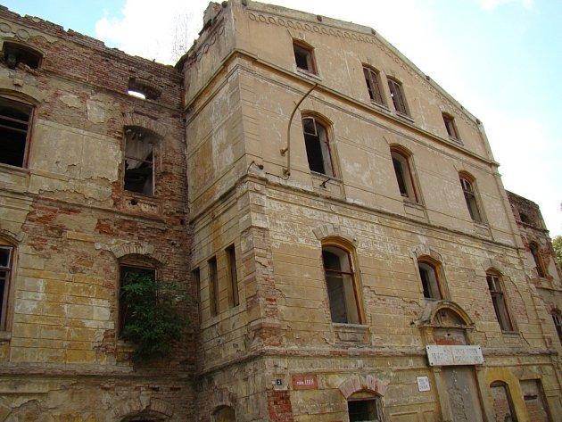 Staré zdevastované nádraží v Duchcově.
