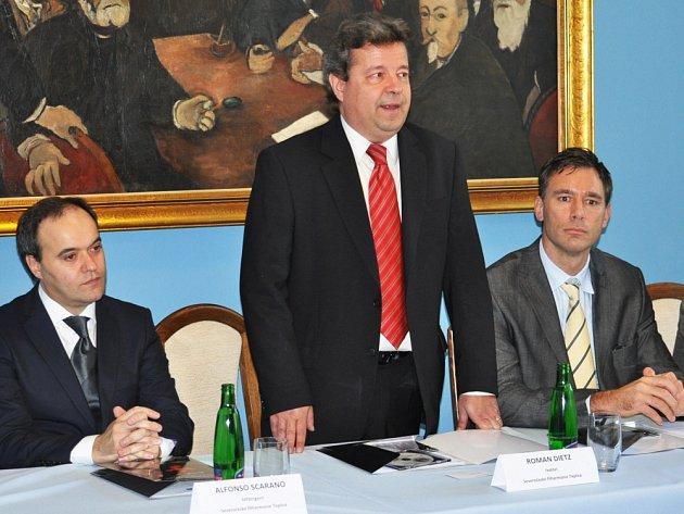 Ředitel Severočeské filharmonie Teplice Roman Dietz (uprostřed) včera na tiskové konferenci v Lázeňském domě Beethoven představil novinářům nového šéfdirigenta filharmonie Alfonsa Scarana (vlevo).