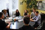 Po návratu nám žáci hotelovky vyprávěli zážitky z Pražského hradu, kde obsluhovali u prezidentského stolu.