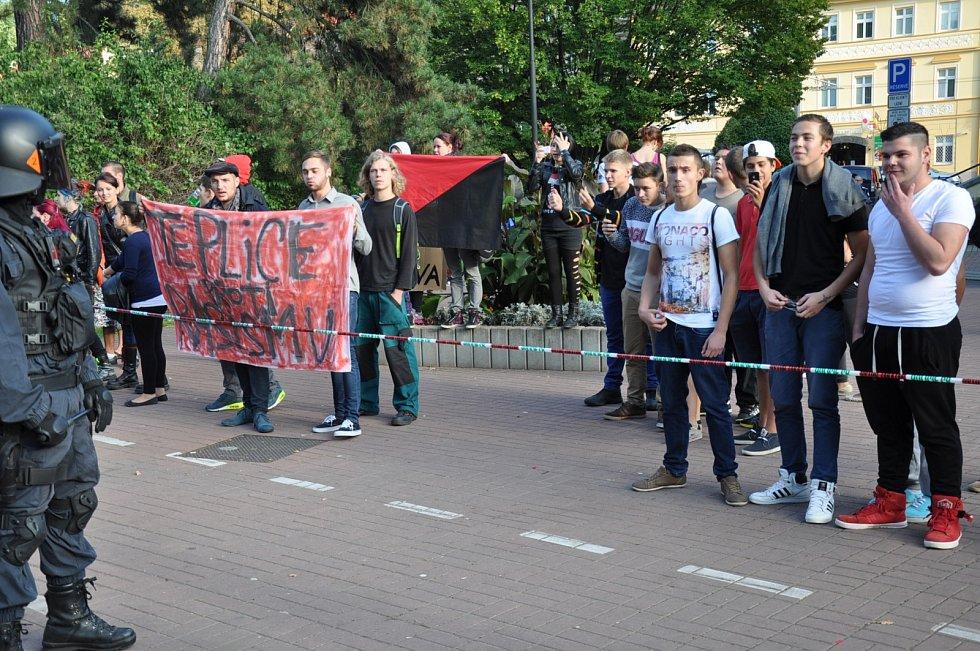 Demonstrace v šanovském parku, DSSS proti místním extremistům.