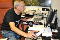 Jaroslav Kubera, sleduje výsledky voleb.