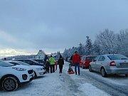 Začátek lyžařské sezony na Komáří vížce přinesl problémy s parkováním.