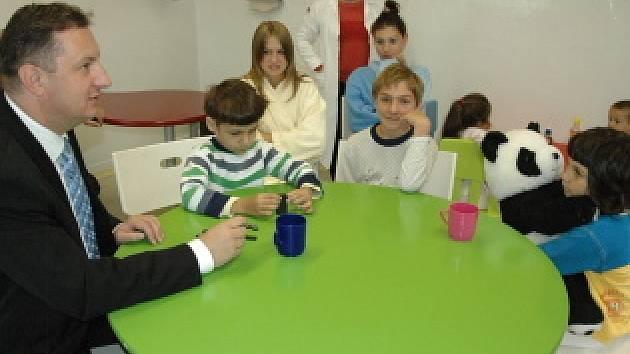 Náměstek hejtmana Petr Fiala navštívil na první školní den děti na dětském odddělení teplické nemocnice.