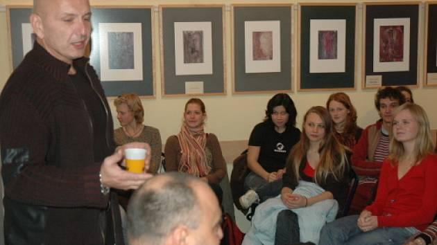 JIří Komorous besedoval se studenty.