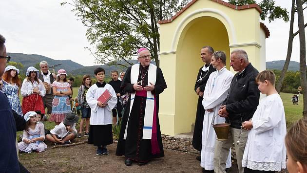 Slavnostní žehnání obnovené kapličce u Starých Verneřic.