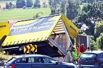 Přívěs nákladního vozidla skončil na boku na kruháči v Bystřanech
